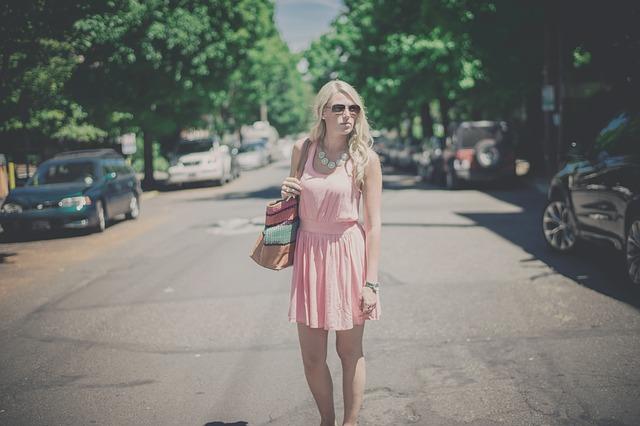 fille-avec-robe-rose